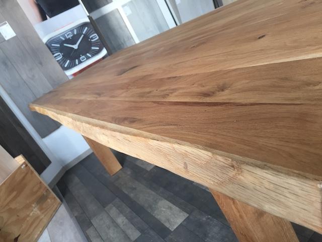 Massiver Holztisch in unserer Ausstellung